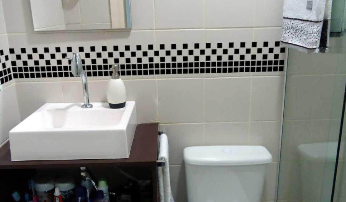 banheiro com pastilhas simples