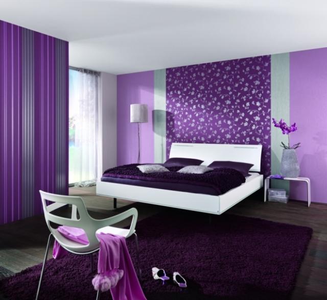 quarto com papel de parede lilas