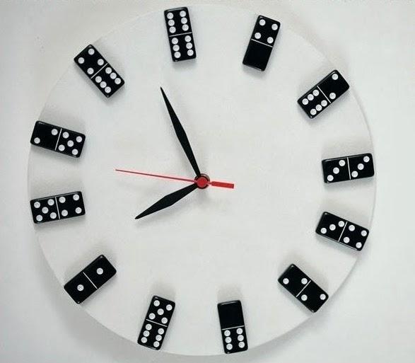 relogio material reciclado domino